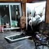 Vue de l'intérieur de la maison. La porte-patio a explosé sous la force du contact avec la glace.