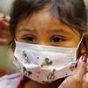Un enfant portant un masque.