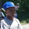 Photo d'un garçon qui porte une casquette bleue des Blue Jays.