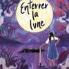 Couverture d'un livre où on y voit une jeune fille de dos, qui regarde la lune, une pioche à la main.