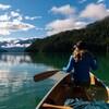 Une femme fait du canot dans l'Ouest canadien.