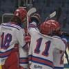 Des jeunes d'une équipe de hockey pee-wee sur la glace
