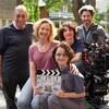 L'équipe du film pose pour une photo de groupe sur l'un des lieux de tournage.