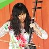 une musicienne joue du erhu.