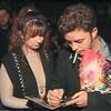 Eric Lapointe signe un autographe à une fan après un spectacle.