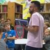 L'enseignant Éric Tremblay devant ses élèves.