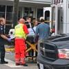 Une femme est transportée sur une civière après une attaque.