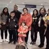 La famille et les Saguenéens qui l'accueil dans le secteur des arrivées à l'aéroport de Montréal.