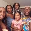 Portrait de famille pris en egoportraité. Un père est entouré des ses filles.