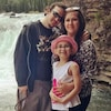 Un couple et une enfant devant une chute.