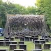 La scène est couverte de branche et rappelle un nid d'oiseau.