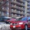 Deux véhicules du service d'incendie de Moncton sont stationnés devant l'immeuble à logements.