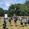 Les participants aux célébrations de la fierté gaie forment un cercle autour des manifestants anti-LGBTQ+.
