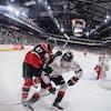 Deux joueurs en action lors du 6e match de la finale de la LHJMQ entre les Huskies et les Mooseheads, le 11 mai 2019 à Halifax.