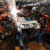 Des robots à l'oeuvre sur une chaîne d'assemblage