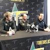 Trois hommes portant un chandail des Foreurs parlent derrière une table durant un point de presse.