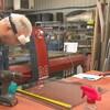 Un homme travaille dans un atelier.