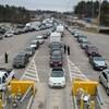 Des voyageurs attendent dans leur voiture avant de passer la frontière canadienne.