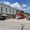 Des camions de secours et une rue barrée au centre-ville de Wheatley.