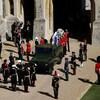 Des gardes se tiennent autour d'un Land Rover.