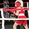 Deux boxeuses s'affrontent dans l'arène.