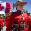 Des agents de la GRC portent un drapeau du Canada.