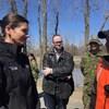Geneviève Guilbault discute avec un homme vêtu d'un dossard orange.