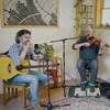 Les trois musiciens de Genticorum qui interprètent une chanson.