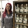 Cathrine Blié à côté de bouteilles de gin