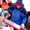Le Pr Lonnie Thompson découpe une carotte de glace extraite de la calotte glaciaire Guliya.