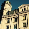 Vue de la partie supérieure de la façade de l'édifice du Globe Theatre de Regina.