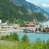 Une usine aux pieds des montagnes en C.-B.