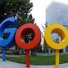 Le logo de Google devant un édifice d'une vingtaine d'étages.