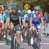 Des cyclistes participent à une compétition en plein coeur de Montréal.