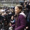 L'adolescente, sur une scène, s'adresse à la foule.