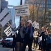 Procureurs sur le trottoir brandissant des pancartes.