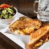 Un des classiques du restaurant, le grilled cheese poutine. L'Gros Luxe se spécialise également dans les brunchs et la moitié du menu est offert en version végétarienne.