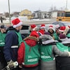 Des jeunes du cégep porte une tuque de père Noël.