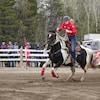 Une cavalière lance son cheval au galop.