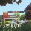 Deux voitures au service au volant d'un restaurant McDonald's.