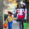 Un enfant et sa mère déguisés pour l'Halloween.