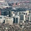 Vue aérienne de la ville avec ses édifices en hauteur.