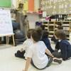 Des enfants de maternelle participent à une classe à Montréal.