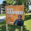 Une affiche électorale de Mme Hansen le long d'une rue.