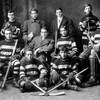 Une photo en noir et blanc de hockeyeurs.