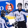 Deux joueurs de hockey se font face.