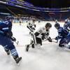 Des joueurs de hockey dans un aréna vide.