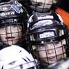 Le visage de deux jeunes hockeyeurs.