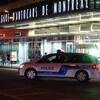 Une voiture de police sur la scène délimite la scène d'un crime.