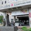 Une voiture est stationnée devant l'entrée de l'Hôpital Élizabeth-Bruyère.